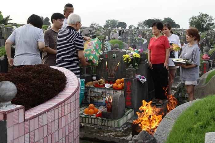Китайцы, живущие в Сингапуре, отдают дань уважения умершим родным в традиционный праздник Цинмин 4 апреля 2013 г. Фото: Suhaimi Abdullah/Getty Images