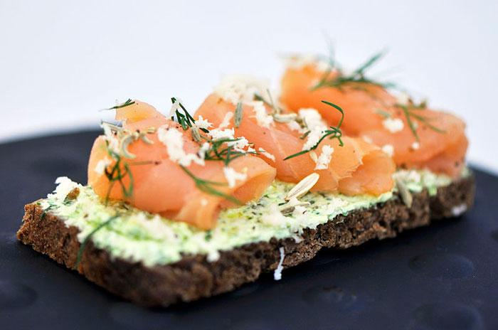 Бутерброд с лососем холодного копчения. Фото: Schefferbird/commons.wikimedia.org