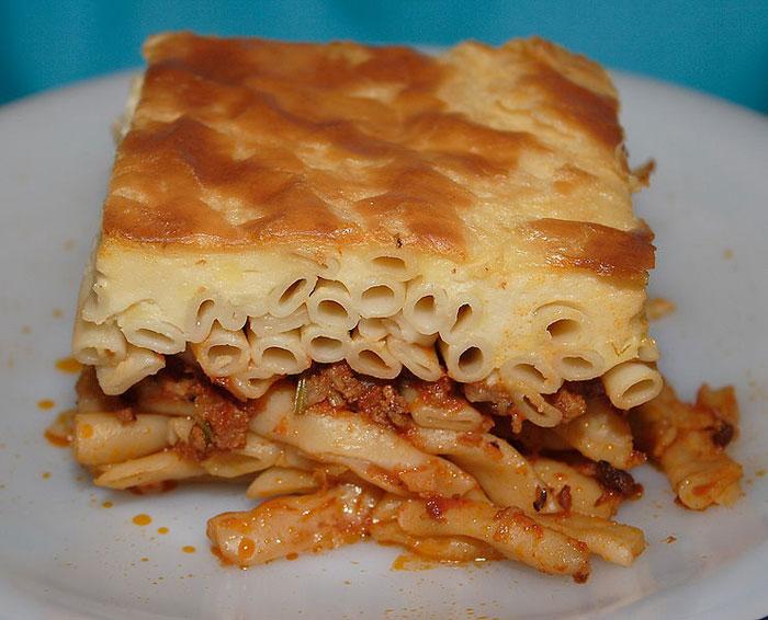 Паститсио, или пастицио, — традиционное греческое блюдо: макароны, запеченные с рубленым мясом и соусом бешамель. Блюдо также распространено на Кипре и в Египте. фото: Robert Kindermann/commons.wikimedia.org