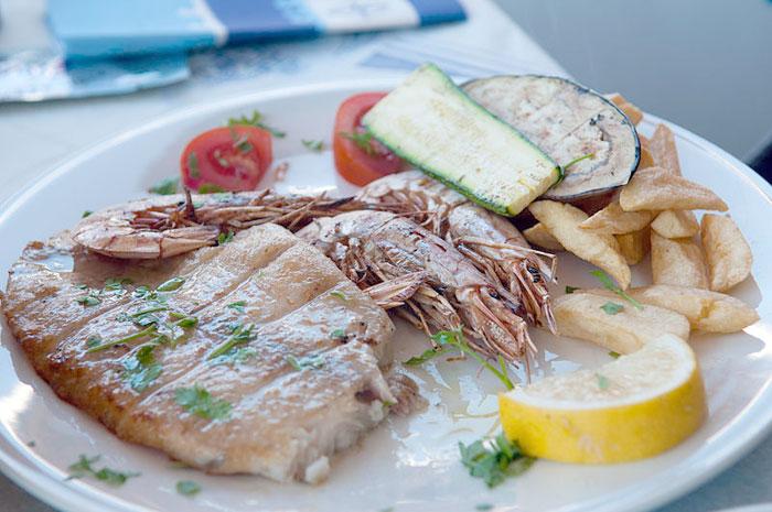 Рыба с креветками и гарниром. Фото: Michal Osmenda/commons.wikimedia.org
