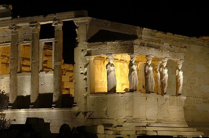 Возвышающийся над Афинами Акрополь — вечное напоминание современным афинянам и гостям города о древней цивилизации. Фото: Sean Gallup/Getty Images