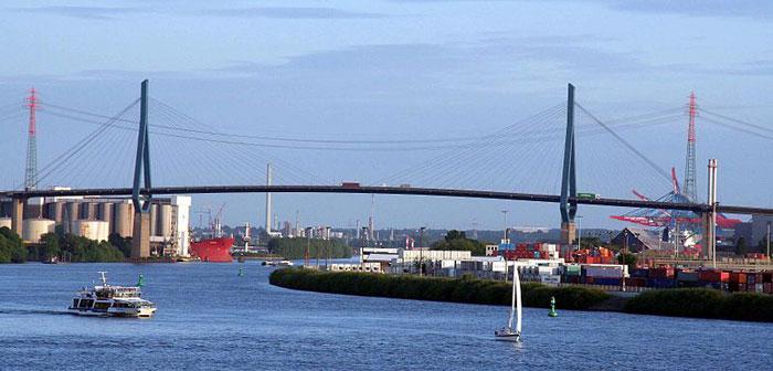 Кёльбрандбрюкке - самый высокий, вантовый мост в Гамбурге, соединяющий портовые территории острова Вильхельмсбург и автомагистраль №7. фото: Uchristi/commons.wikimedia.org