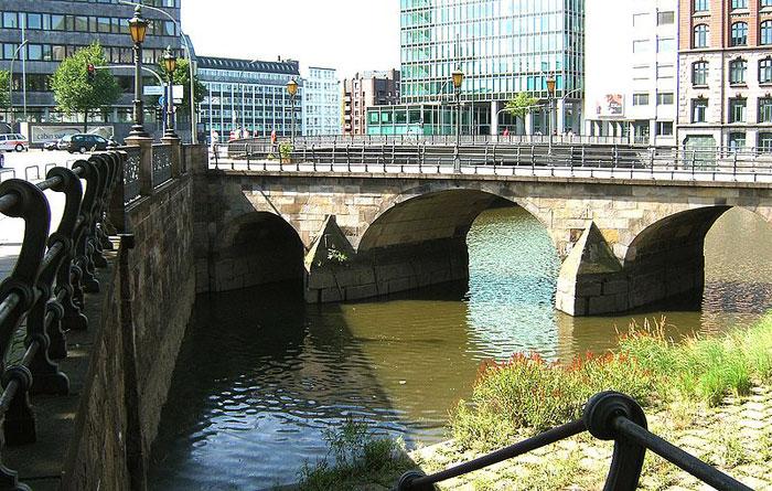 Золленбрюке, старейший мост Гамбурга, построенный в 17 веке. Фото: Staro1/commons.wikimedia.org