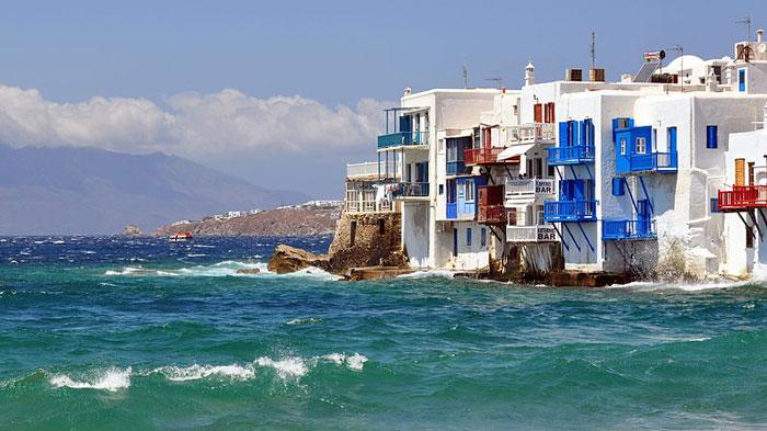 Миконос — один из островов Кикладского архипелага, расположен в центральной части бассейна Эгейского моря, береговая линия которого достигает 89 километров. Миконос называют «островом ветряных мельниц», а также «островом четырех времен года». Фото: xlibber/commons.wikimedia.org