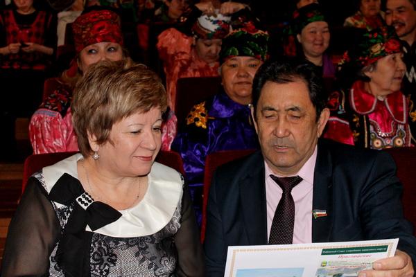 Гости знакомятся с планом конференции родов Бейского района. Фото: Иван Чанков