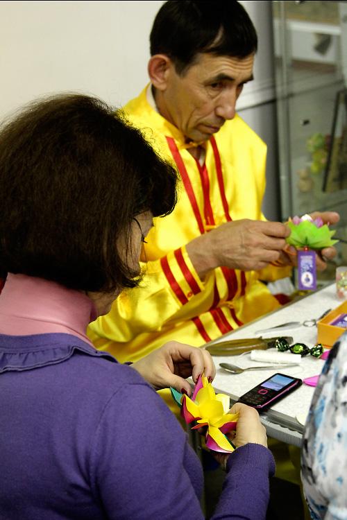 Николай Дёмин ведёт мастер-класс изготовления лотосов. Фото: Николай Ошкай/Великая Эпоха (The Epoch Times)