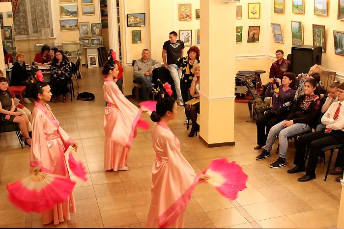 Практикующие  Фалунь Дафа танцуют танец с веерами. Фото: Николай Ошкай/Великая Эпоха (The Epoch Times)