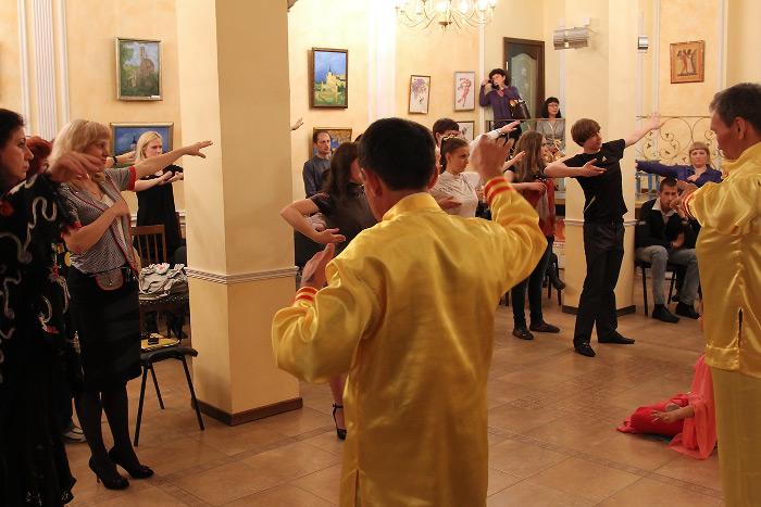 Зрители с удовольствием выполняют упражнения Фалунь  Дафа. Фото: Николай Ошкай/Великая Эпоха (The Epoch Times)