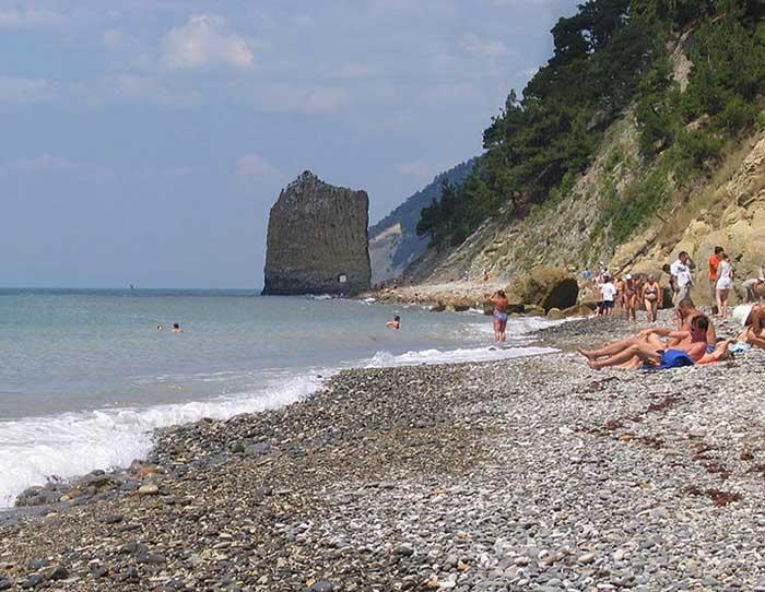 Галечный пляж близ Геленджика; на заднем плане — скала Парус. Фото: Sergey S. Dukachev/commons.wikimedia.org