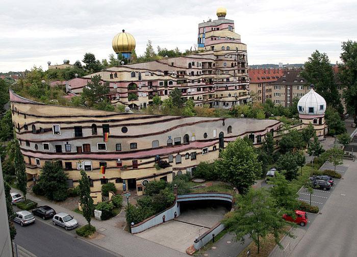 Лесная спираль: улиткообразный дом Хундертвассера. Фото: Armin Kubelbeck/commons.wikimedia.org