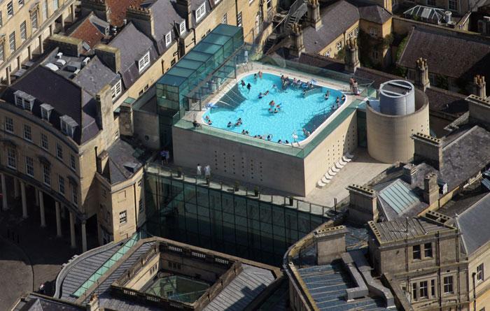 Бассейн на крыше в бальнеолическом комплексе Бата, Англия. Фото: Matt Cardy/Getty Images