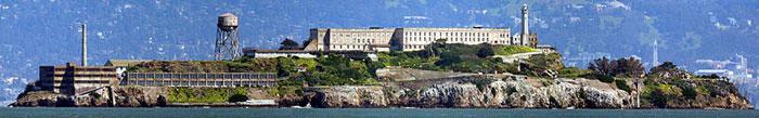 Панорама бывшей тюрьмы Алькатрас, в настоящее время тюрьма расформирована, остров превращён в музей, куда ходит паром из Сан-Франциско от пирса номер 33. Фото: David Corby/commons.wikimedia.org