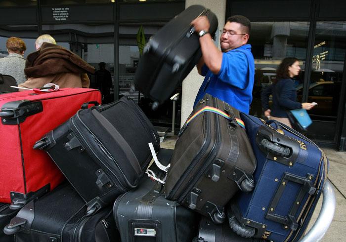 Риск потери багажа, к сожалению, всегда имеет место быть. Выбирайте яркие цвета для вашего чемодана, прикрепляйте дополнительные бирки. Фото: Justin Sullivan/Getty Images