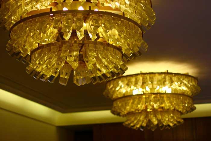 Знаменитый богемский хрусталь можно найти в Чехии в самых разных формах: вазы, бокалы, люстры – все это может стать роскошным подарком. Фото: megan dilley/flickr.com
