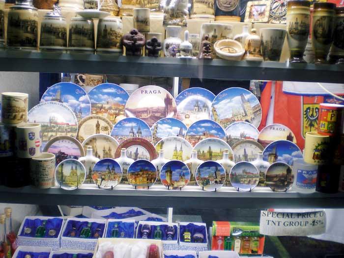 В Праге продается множество сувениров с видами города: кружки, тарелки, открытки, брелки, альбомы, магниты и т.д. Фото: fotoisto2005/flickr.com