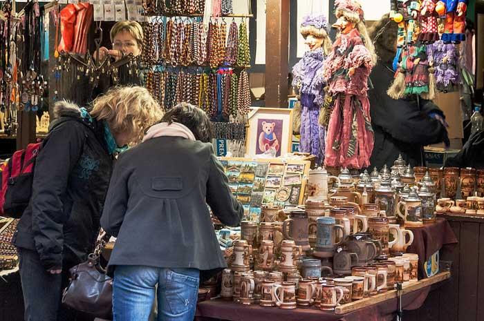 Большинство туристов привозят из путешествий множество сувениров, напоминающих о том, где они побывали, что посетили и увидели. Фото: lumierefl/flickr.com