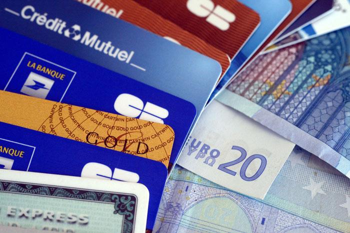 Во Франции плохо работают карты без микрочипа. Во избежание проблем, возьмите с собой кредитную карту, у которой помимо магнитной полосы есть чип. С кредитки можно оплачивать не только покупки и счет в ресторане, но и музеи, а также билеты на транспорт. Фото: DAMIEN MEYER/AFP/Getty Images