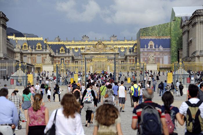 Туристы посещают Версальский дворец, Франция. Версальский дворец и парк включены в список всемирного культурного наследия ЮНЕСКО. Фото: MIGUEL MEDINA/AFP/Getty Images