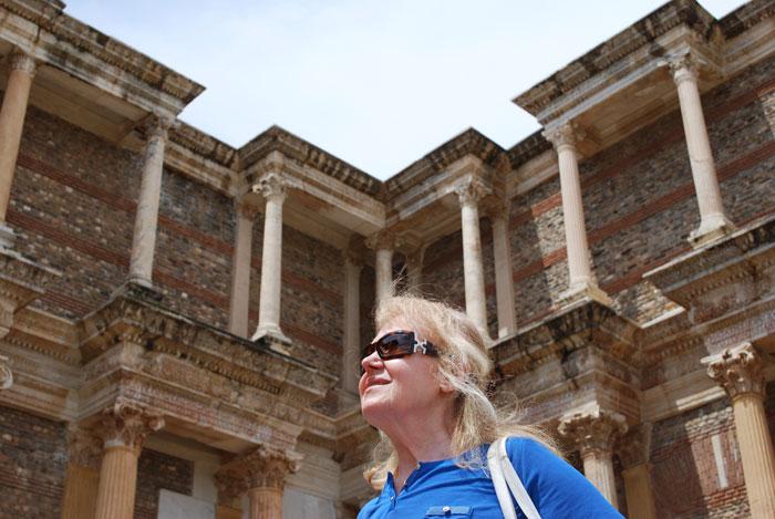 Туристка осматривает Манису - город и одноименный район в западной части Анатолии. Маниса является центром турецкой провинции. Фото: architetta/Photos.com