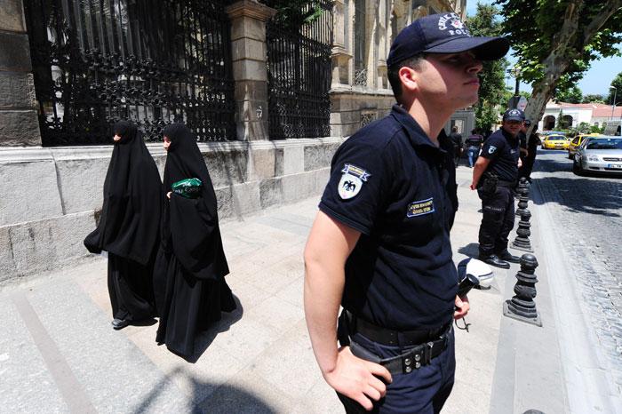 При выполнении своих обязанностей турецкая полиция действует на основе соблюдения принципов правового государства и уважения прав человека. Фото: MUSTAFA OZER/AFP/Getty Images