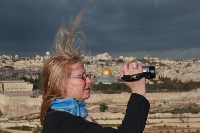Туристка снимет на видео панораму Иерусалима с Масличной Горы, Израиль. Фото: David Silverman/Getty Images