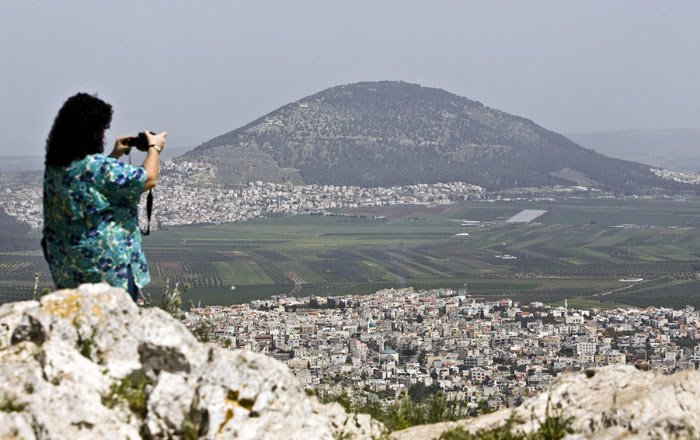 Туристка делает снимки Назарета, Израиль. Фото: JONATHAN NACKSTRAND/AFP/Getty Images