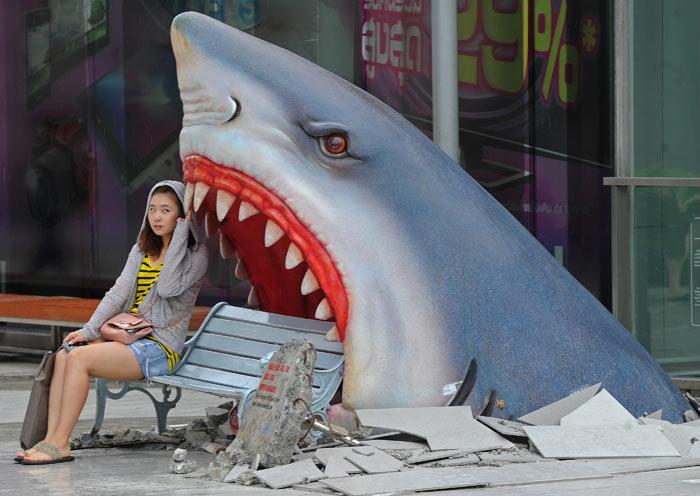 В пасти акулы. Эта дизайнерская скамейка установлена в одном из торговых центров Бангкока, Тайланд. Фото: PORNCHAI KITTIWONGSAKUL/AFP/Getty Images