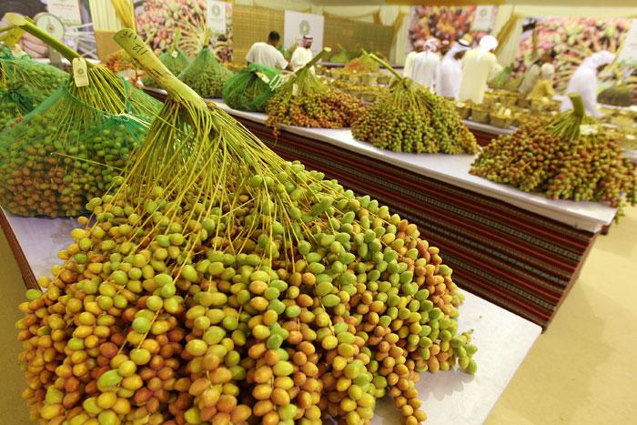 В эмиратах есть специализированные магазины, в которых продают только финики. Фото: KARIM SAHIB/AFP/GettyImages