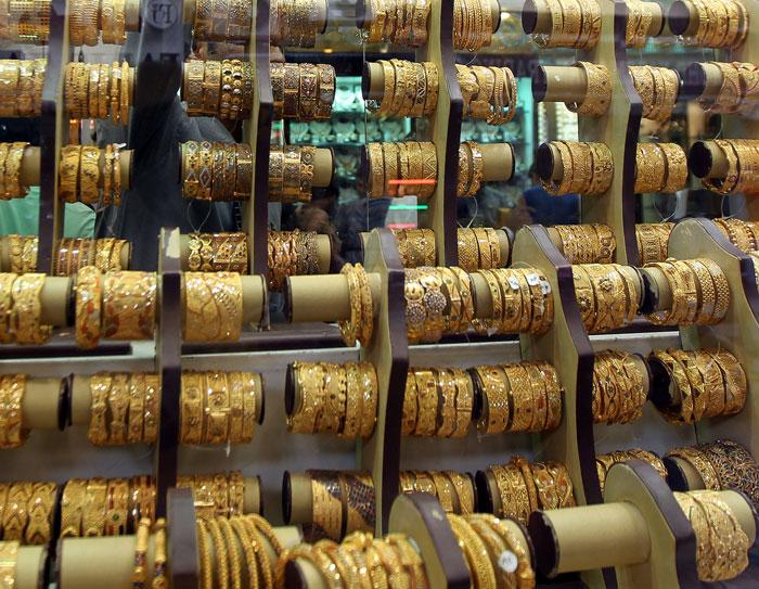 С Эмиратов вы сможете привезти самые разнообразные украшения из золота и разноцветного жемчуга, а также роскошные шкатулки для хранения драгоценностей. Фото: KARIM SAHIB/AFP/GettyImages