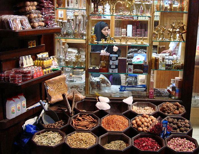 В ОАЭ приобрести специи можно на любом из местных рынков, они продаются прямо в мешках, у входа в лавку. Фото: HighKing/commons.wikimedia.org