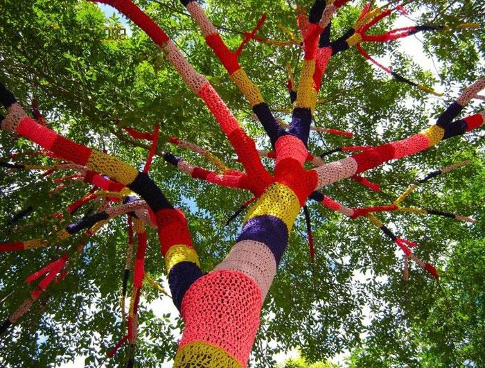 Одетые в яркие вязаные «свитера» деревья - достопримечательность города Кливленд-Хайтс, США. Фото: topnotchhiphop.com