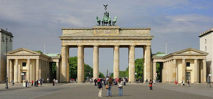 Бранденбургские ворота — архитектурный памятник в центре Берлина в районе Митте, является самым знаменитым символом Берлина и Германии. Фото: Cezary/commons.wikimedia.org