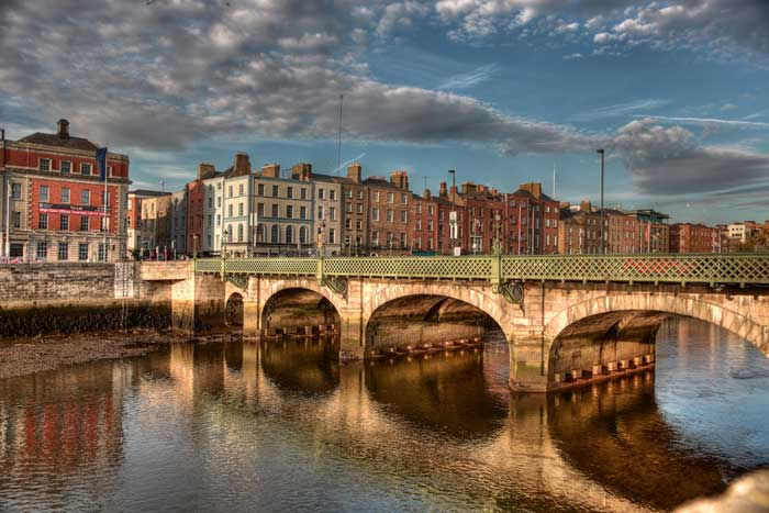 Река Лиффе разделяет город на две части – Северную и Южную. Между собой они соединяются девятью мостами. Фото: flickr.com