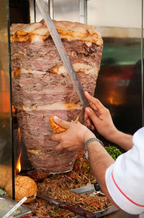 Арабская шаурма готовится на вертеле из кусочков мяса молодого барашка. Фото: Joel Carillet/Photos.com