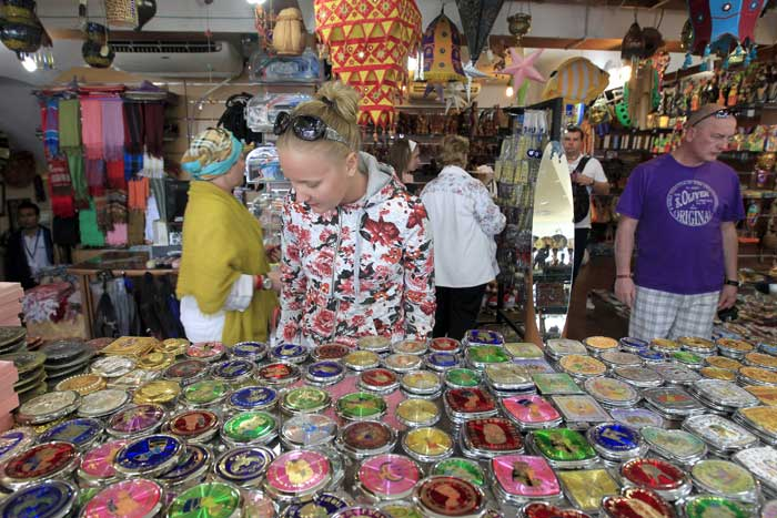Египетские рынки представляют собой типичные восточные базары, где можно найти подарки и сувениры на любой вкус, а также полюбоваться зрелищем настоящего восточного торга и поучаствовать в нем самому. Фото: MOHAMMED ABED/AFP/Getty Images