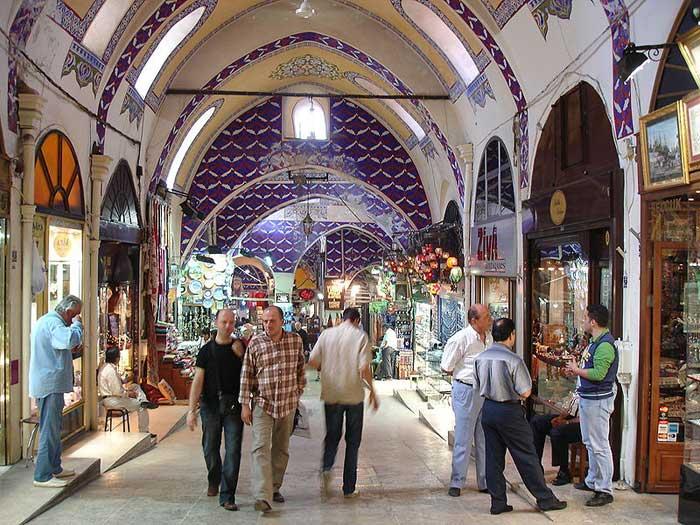 Большой базар в Стамбуле является одним из крупнейших крытых рынков в мире с более чем 58 улиц и 4000 магазинов, и имеет от 250000 до 400000 посетителей в день. Фото: G. DallOrto/commons.wikimedia.org