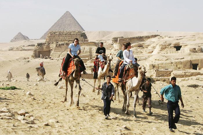 В Египте катают туристов по пустыне на верблюдах аккуратно. Египтяне ведут их на привязи. Фото: Sean Gallup/Getty Images