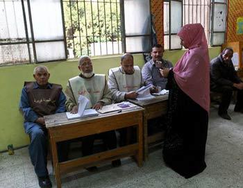 Женщина голосует на одном из избирательных участков Каира. Фото РИА Новости