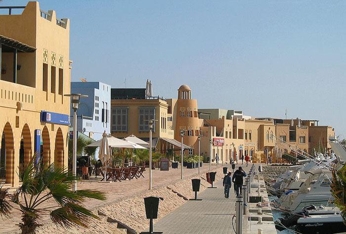 Эль-Гуна — туристический курорт на побережье Красного моря, расположенный в 22 км к северу от Международного аэропорта Хургада, и известен как «Жемчужина Красного моря» или «Венеция в песках». Фото: Марк Ryckaert/commons.wikimedia.org