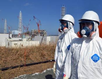 Рабочие стоят возле взорвавшейся АЭС «Фукусима-Дайчи-1» в Окума, префектура Фукусима, февраль 2012 года. Фото: Yoshikazu Tsuno/AFP/Getty Images