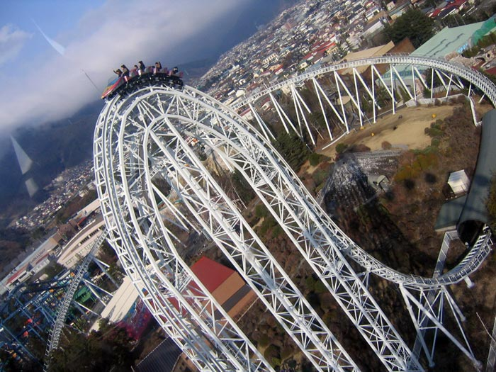 Вагонетки летят вниз со скоростью более 100 км/ч, Япония. Фото: mache/flickr.com