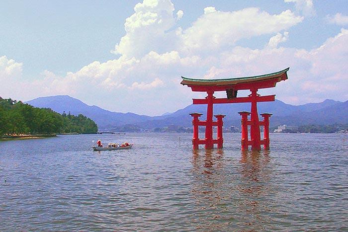 Ритуальные врата, или тории, святилища Ицукусима являются одной из наиболее популярных достопримечательностей Японии. Фото: Rdsmith4/commons.wikimedia.org