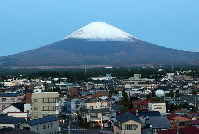 Фудзияма — действующий стратовулкан на японском острове Хонсю в 90 километрах к юго-западу от Токио. Высота горы — 3776 м (самая высокая в Японии). В настоящее время вулкан считается слабо активным, последнее извержение было в 1707—1708 году. Фото: Koichi Kamoshida/Getty Images