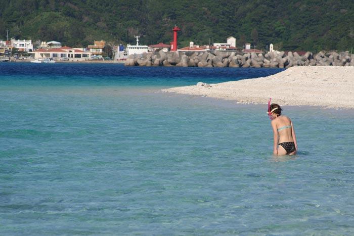 Белый пляж на тропическом острове Окинава. Фото: Norinao Miyanishi/ Photos.com