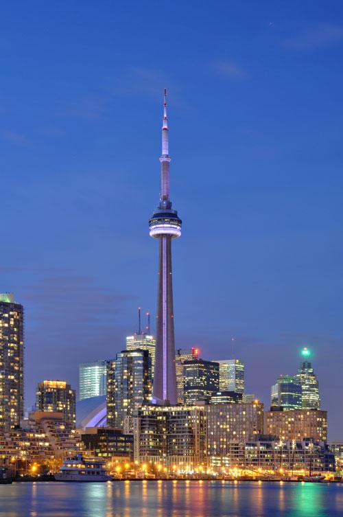 Си-Эн Тауэр — самое высокое сооружение в мире с 1976 по 2007 год. Его высота составляет 553,33 метра. Расположено в Торонто (Канада, провинция Онтарио) и является символом этого города. Ежегодно Си-Эн Тауэр посещают свыше 2 миллионов человек. Фото: Wladyslaw/commons.wikimedia.org