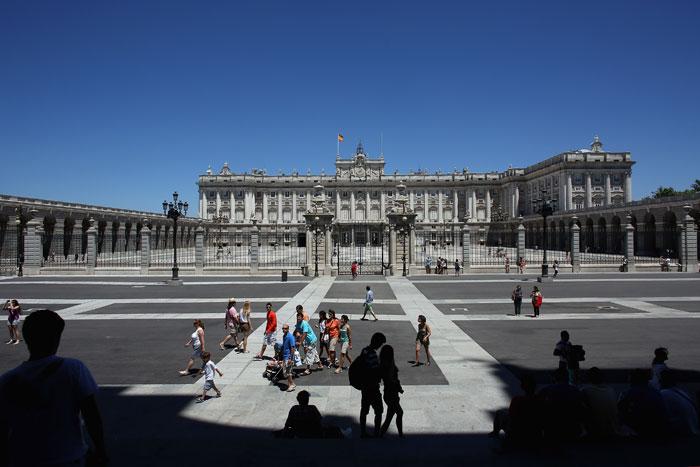 Королевский дворец - главная достопримечательность Старого Мадрида. Перед главным входом   во дворец находится площадь Пласа-де-ла-Армерия с Королевской оружейной палатой, в которой   хранятся коллекции оружия и доспехов. Фото: Oli Scarff/Getty Images