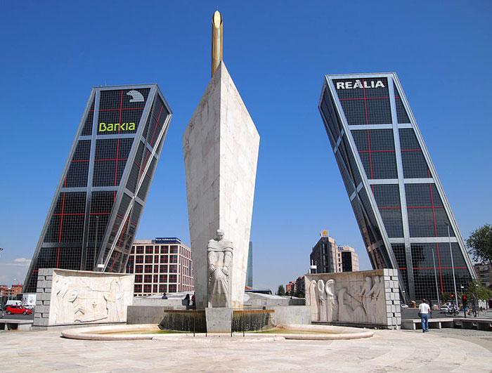 Башни-близнецы «Ворота Европы». Высота этих 26-этажных небоскрёбов - 115 метров. Основная изюминка этих великанов в том, что они стоят под наклоном 15 градусов. Фото: Tiia Monto/en.wikipedia.org