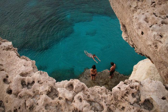 Туристы отдыхают вблизи курортного города Айя-Напа. Фото: BEHROUZ MEHRI/AFP/GettyImages