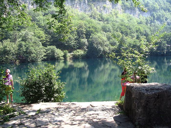 Голубое озеро в пригороде Нальчика, КМВ. Фото: Wassily/commons.wikimedia.org