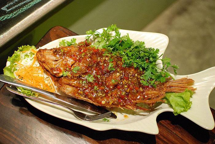 Хрустящая рыба с соусом тамаринд. Фото: Takeaway/commons.wikimedia.org